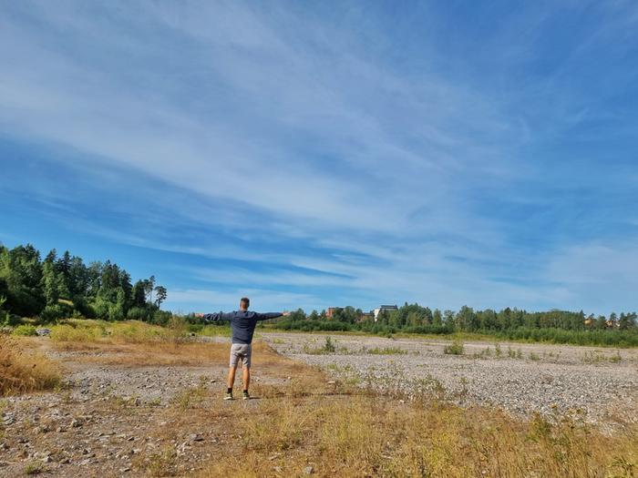 Tuulisääntöä voi testata missä tahansa ja milloin vain ulkosalla. Asetu seisomaan selkä tuulta vasten ja tarkkaile pilviä taivaalla. Tämän kuvan tapauksessa sää selkeni vasemman käden puolella, joten matalapaine on väistymässä ja muuttumassa aurinkoisemmaksi ja heikkotuulisemmaksi.
