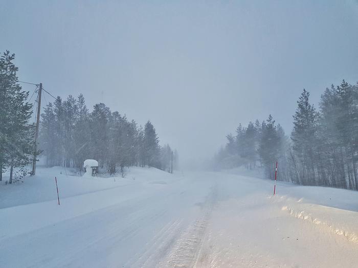 Lumi tuiskuaa tiellä.