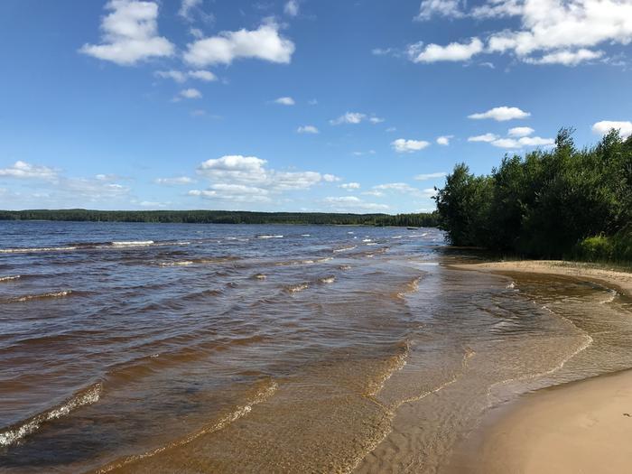 Aaltoja kesäpäivänä Lappajärvellä.