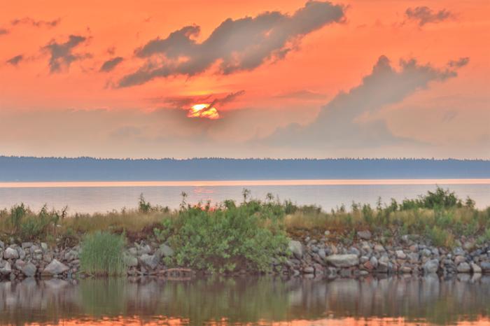 Aurinko laskee Oulujärvellä.
