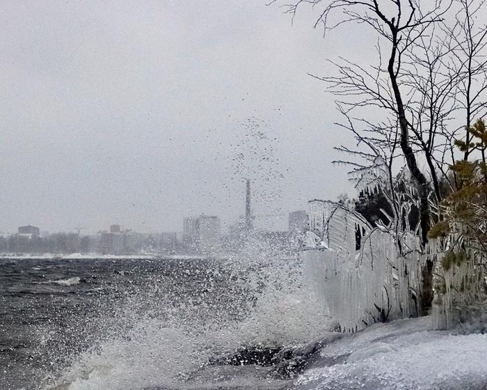 Toini-talvimyrsky nostatti pärskeitä Näsijärvellä Tampereella.
