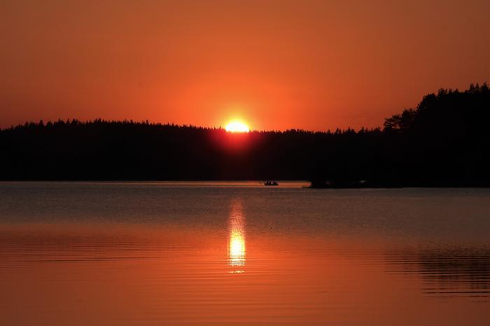 Auringonlasku kesäillassa.