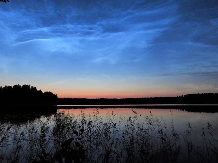 Valaisevia yöpilviä Rautalammilla.