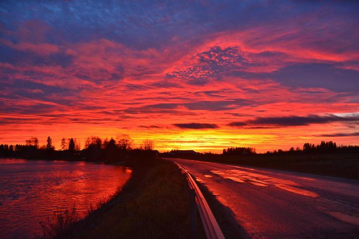 Auringonlasku Pohjanmaan taivaalla.