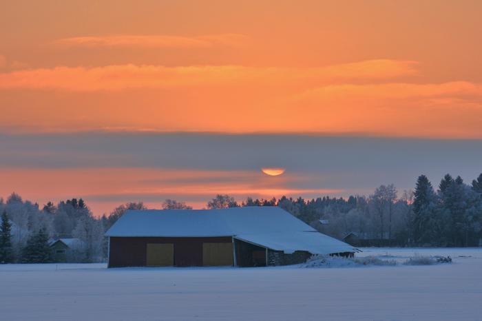 Pakkaspäivän auringonlasku Pohjanmaalla.