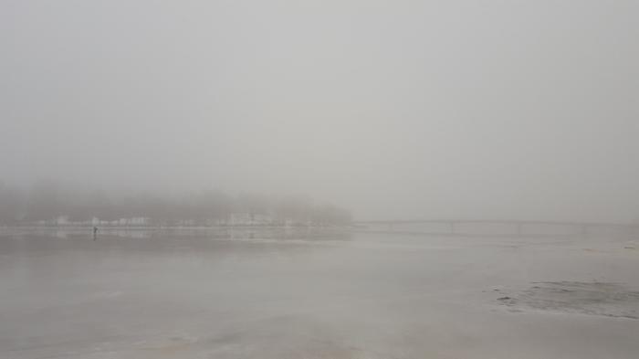 Harmaa ja sumuinen talvipäivä Helsingin Korkeasaaren ympäristössä joulukuussa. Pakkasilman päälle virtasi hyvin lauhaa ilmaa ja jään ylle muodostui sankkoja sumuja.