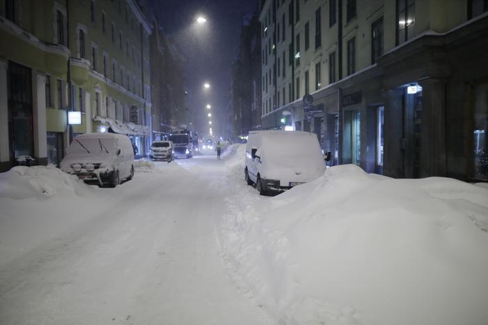 Pääkaupunkiseudulla pyrytti poikkeuksellisen paljon lunta Toini-myräkän yhteydessä.
