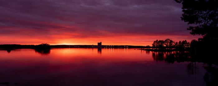 Maanantai-ilta tarjoili upeita auringonlaskuja kautta maan.