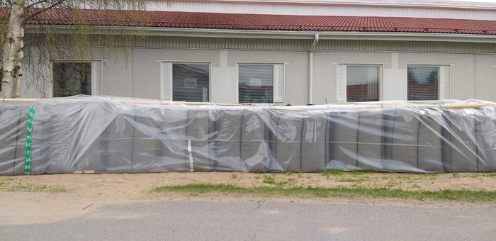 Hiekkasäkkejä kasattiin Pulkamontien terveyskeskuksen eteen tulvavettä ehkäisemään.