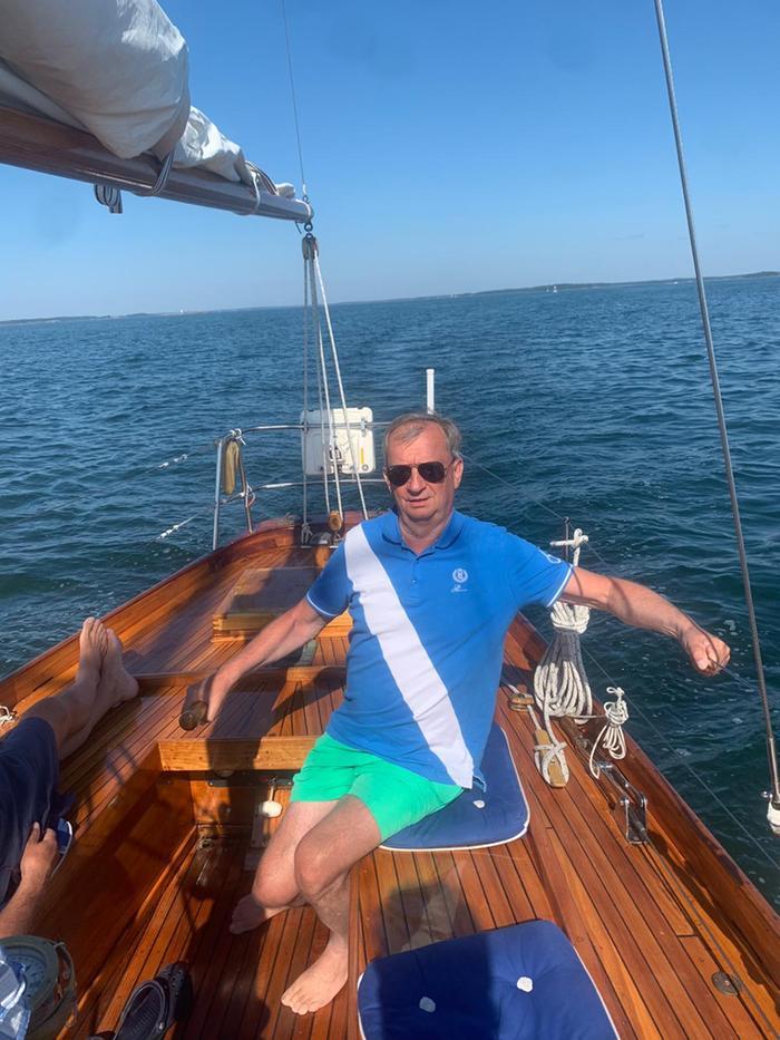 Hjallis Harkimo on kokenut merimies ja hän on purjehtinut yksin maapallon ympäri. Hjallis ei pelkää voimakkaitakaan sääilmiöitä, mutta sanoo, että niitä tulee kunnioittaa.