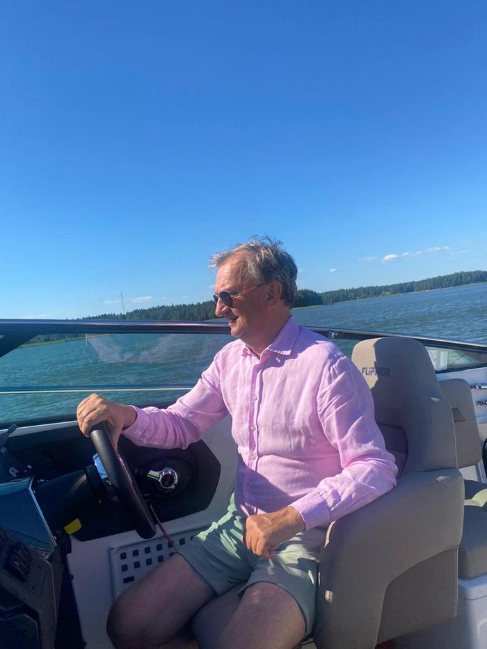 Hjallis Harkimo purjehtii nykyään harvakseltaan. Enimmäkseen hän veneilee kotikulmillaan moottoriveneellä.