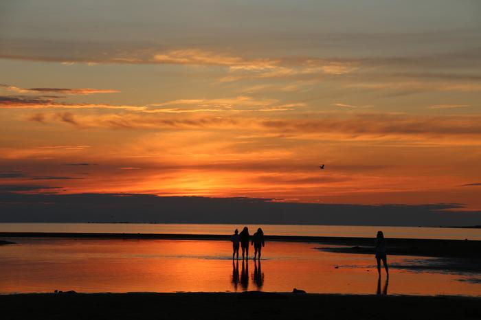 Helteinen ja kuuma sää jatkuu maan eteläosassa sunnuntaille saakka. Perjantain vastainen yö voi olla vesistöjen äärellä trooppinen, eli lämpötila ei laske alle 20 asteen.