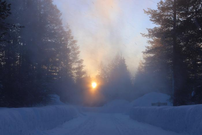 Auringonnousu ja tuulen tuiverrusta Ylläksellä.