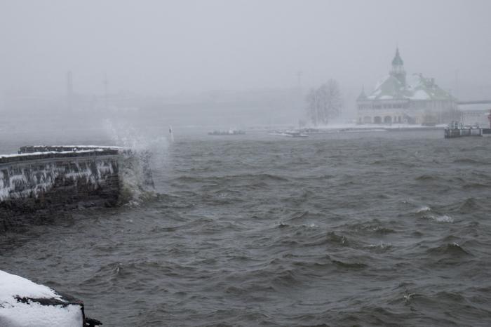 Roiskeet myrskyssä Helsingin edustalla