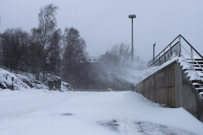 Tuuli pöllyttää lumikinoksia lumimyrskyssä
