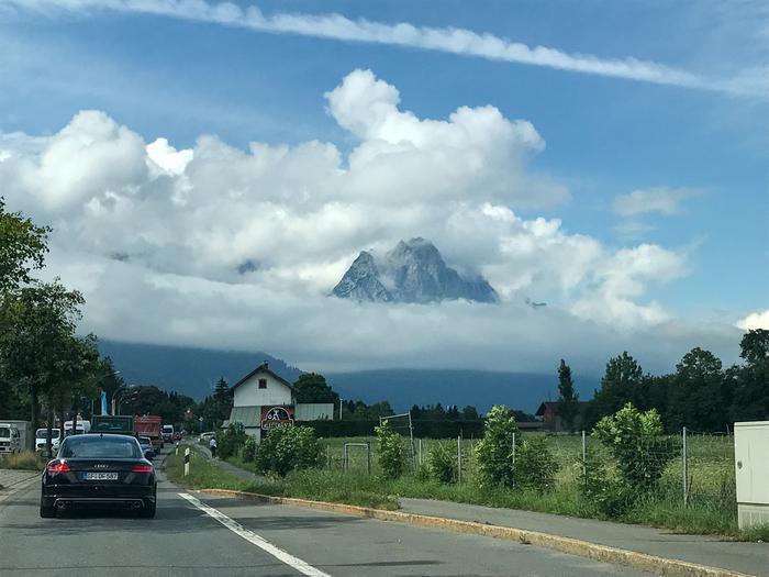 Zugspitze-vuori Saksassa sai pilviä ympärilleen