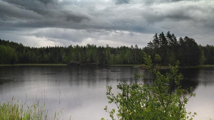 Sadepilviä järven yllä