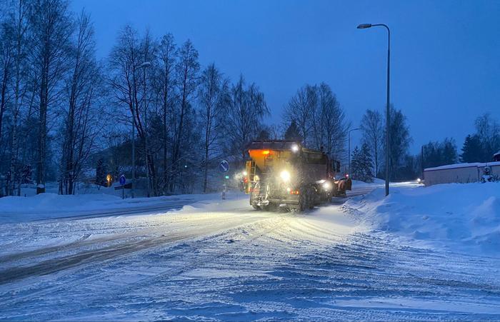 Aura-auto oli liikenteessä lumisateessa.
