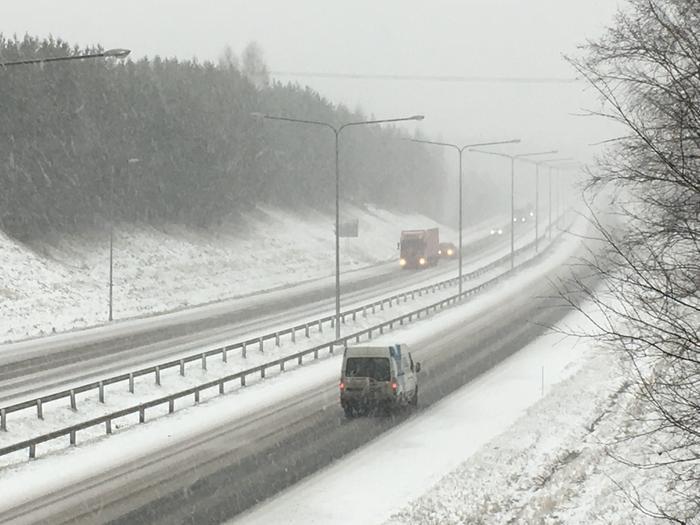 Lumisateita Tuusulanväylällä.
