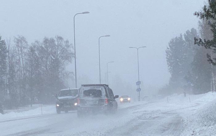 Lumipyry ja pöllyävä lumi huononsivat ajokeliä Tuusulassa maaliskuussa 2021.