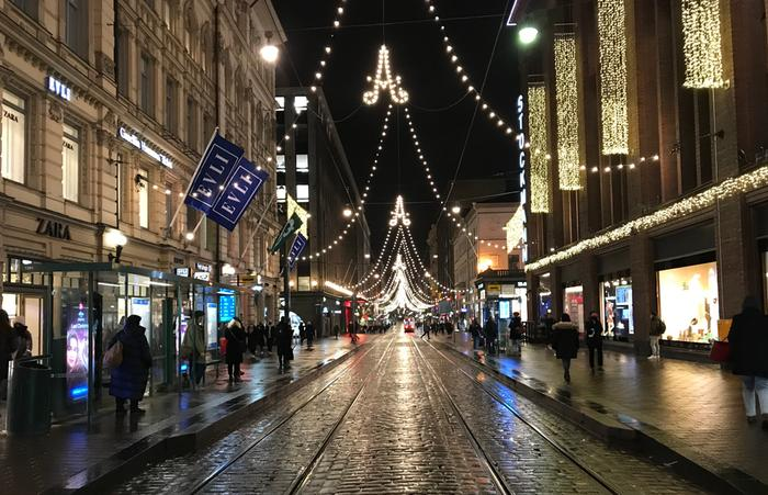 Jouluvaloja lumettomassa Helsingissä.