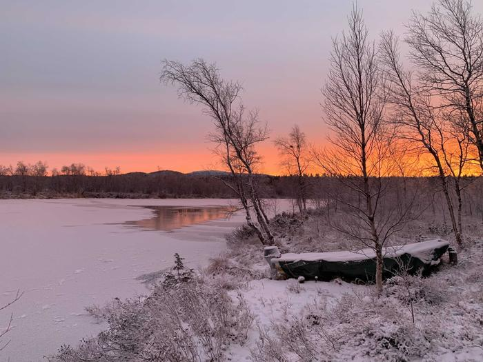 Pakkasaamu Inarissa Kettujoen rannalla.