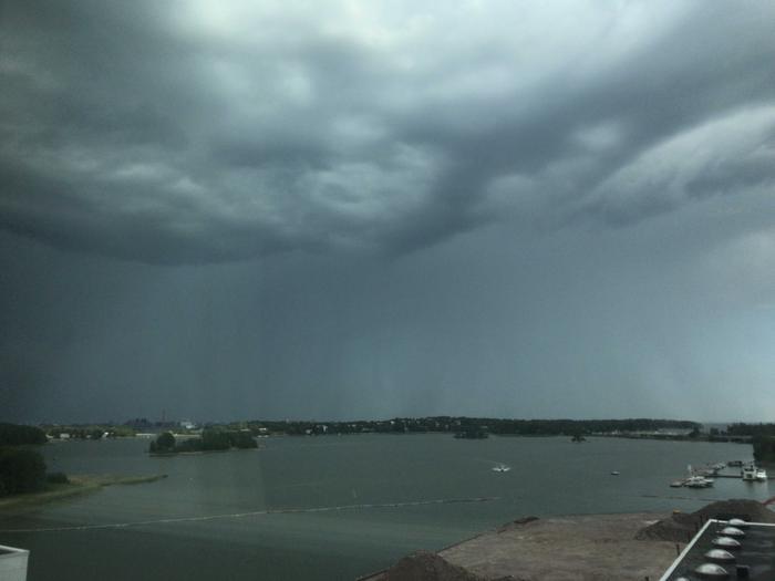 Sadekuurot yllättivät pääkaupunkiseudun. Kuva Forecan toimistolta Helsinkiin päin.