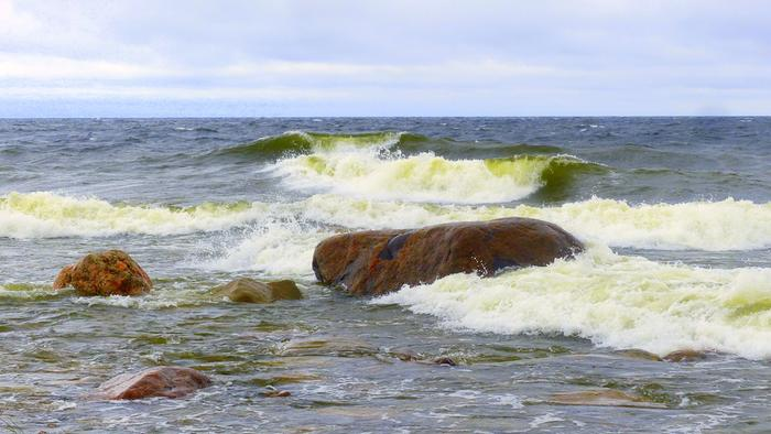Aallot kasvoivat tuulisena päivänä Ohtakarilla.