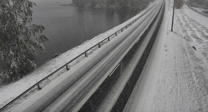 Lumisateita tiellä numero 4 Rovaniemellä syyskuussa 2021.
