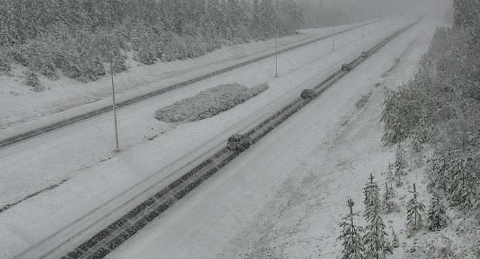 Lumisateita tiellä 29 Kemissä syyskuussa 2021.