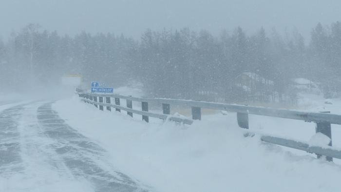Lumipyry ja pöllyävä lumi huononsivat ajokeliä Pohjanmaalla helmikuussa 2021.