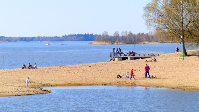 Aurinko houkutti rannalle toukokuussa 2018 Vaasassa.