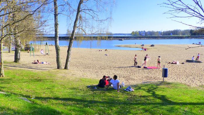 Aurinko houkutti rannalle Vaasassa toukokuussa 2018.