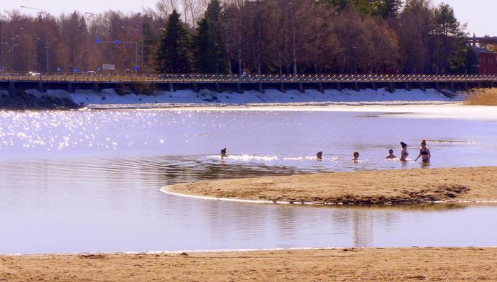 Lämmin päivä houkutteli Vaasalaiset uimaan, vaikka lumetkaan eivät ole vielä sulaneet.