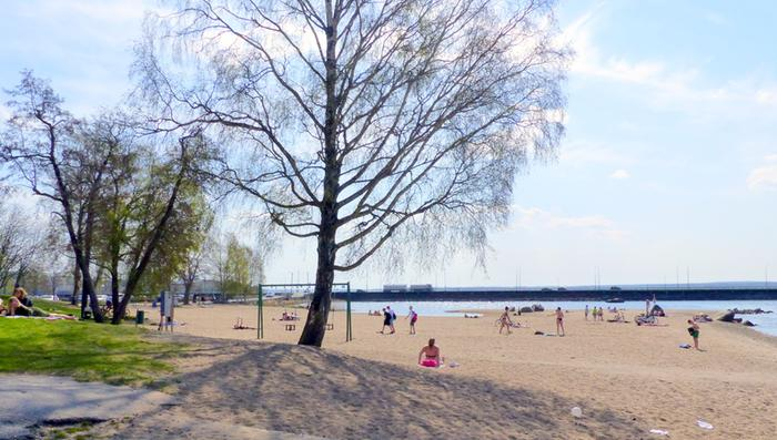 Helatorstaina Suomessa mitattiin vuodenaikaan nähden jopa poikkeuksellisen korkeita lämpötiloja. Lämpö helli myös vaasalaisia.