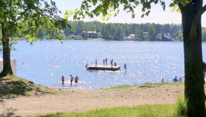 Kesäistä lämpöä ja uimareita Vaasassa.