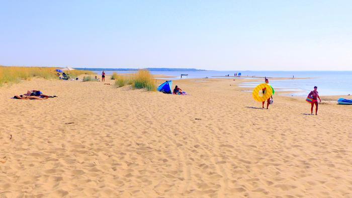 Lämmin sää houkutteli rannalle ja veden ääreen.