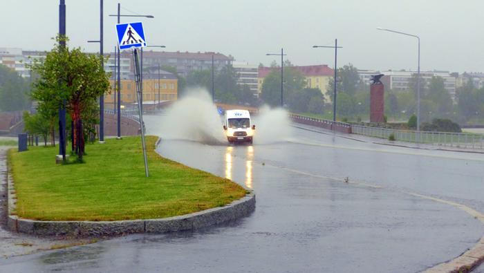 Runsas sade voi synnyttää tielle suuria lammikoita.