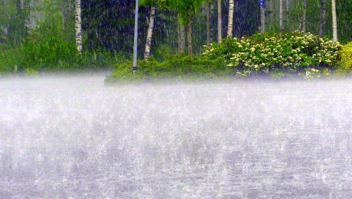 Ukkoskuuroihin voi hetkellisesti liittyä hyvin rankkaa sadetta, joka aiheuttaa taajamatulvia ja lisää liikenteessä vesiliirron riskiä.