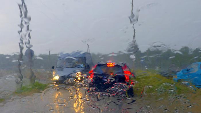 Ukkoskuurossa sade heikentää näkyvyyttä.