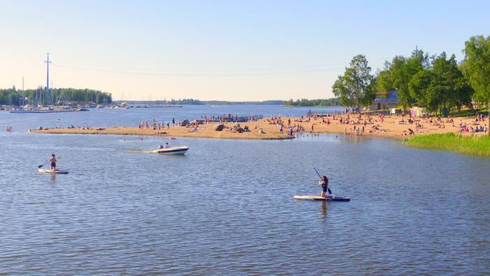 Lämpö houkutteli ihmisiä rannalle kesäkuussa 2020 Vaasassa.