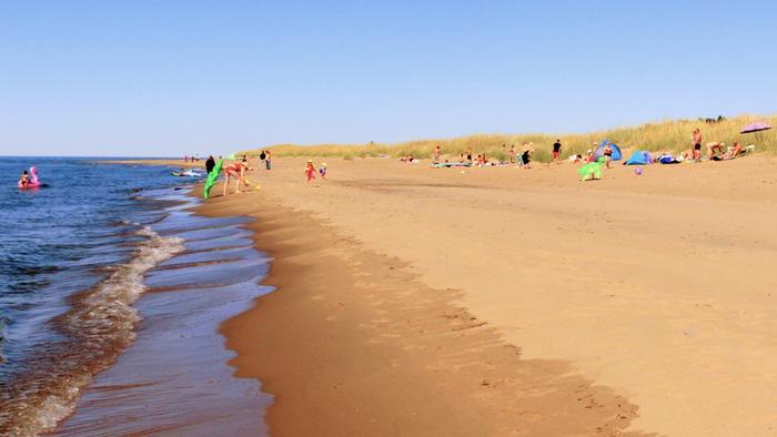 Aurinko ja lämpö houkuttelivat väkeä rannalle Lohtajalla heinäkuussa 2020.