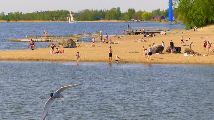 Lämmin sää sai ihmiset rannalle Vaasassa toukokuussa 2019.