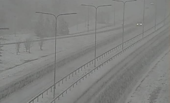 Lunta satoi ajoittain sakeasti Porissa aamupäivällä 20. marraskuuta 2020.