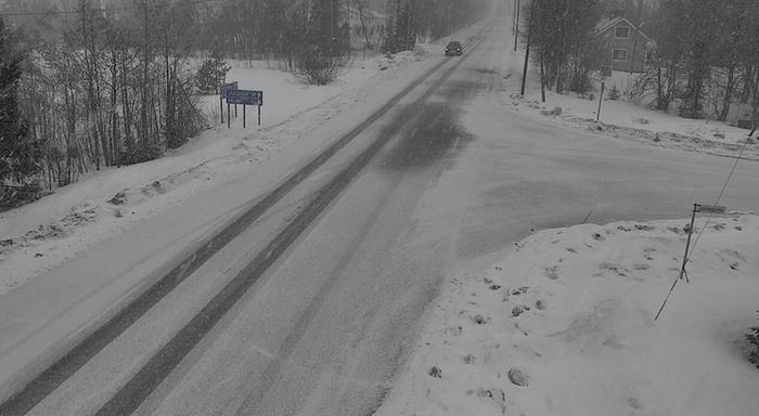 Lumisateet huononsivat ajokeliä Puolangalla 12. huhtikuuta 2021.