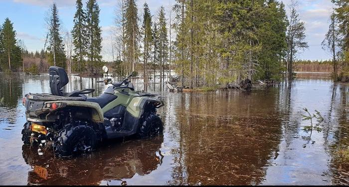 Tulvavesi tunkeutuu maihin Kittilän kunnassa.