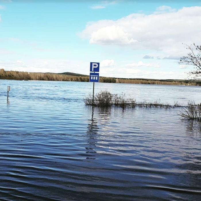 Tulvavesi imaisi parkkipaikan.
