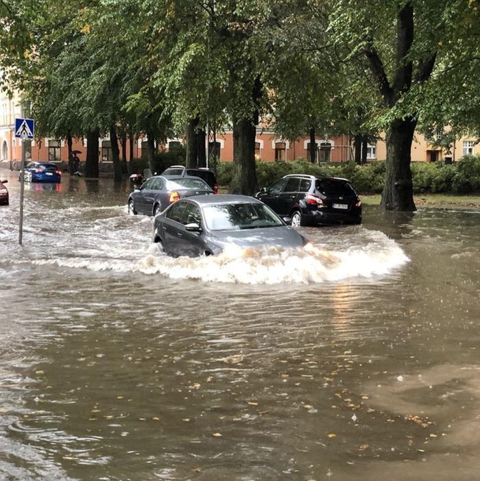 Helsingin kadut tulvivat elokuussa 2019 rankkasateen aikana.
