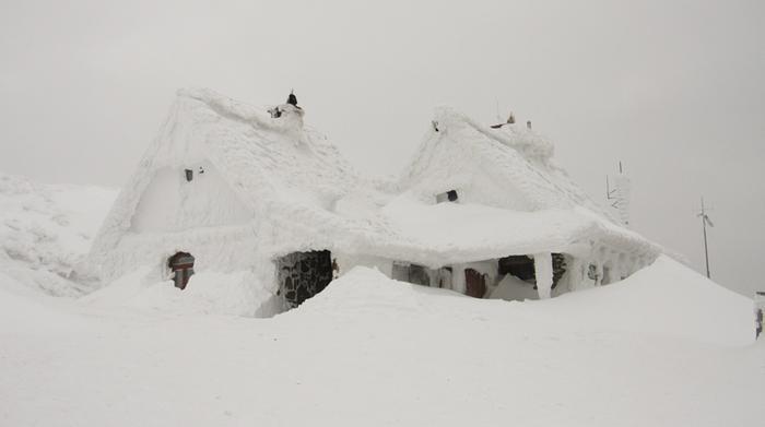 Suuret lumikertymät ovat yleisiä siellä, missä sulat ja lämpimät vesialueet kohtaavat arktisen kylmän ilmamassan.