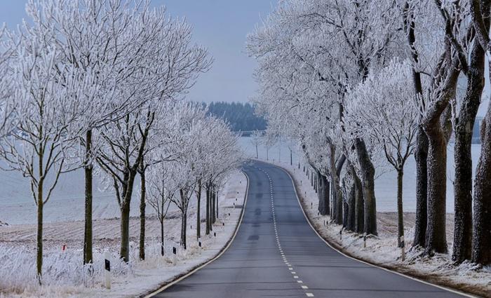 Tienpinnat voivat olla kuurassa, jos ilmassa on paljon kosteutta ja pilvipeite aukkoilee talvisin. Myös äkillinen lauhtuminen voi muodostaa kuuraliukkautta.